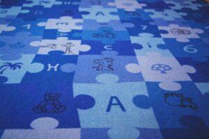 Blauer Kinderteppich mit Puzzlemuster